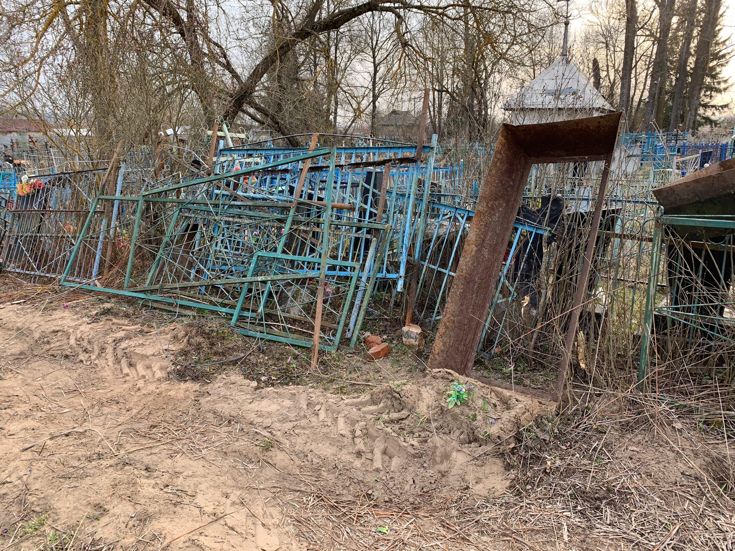 Цинизм или глупость? В селе Нижние Прыски коммунальщики разрушили десятки захоронений