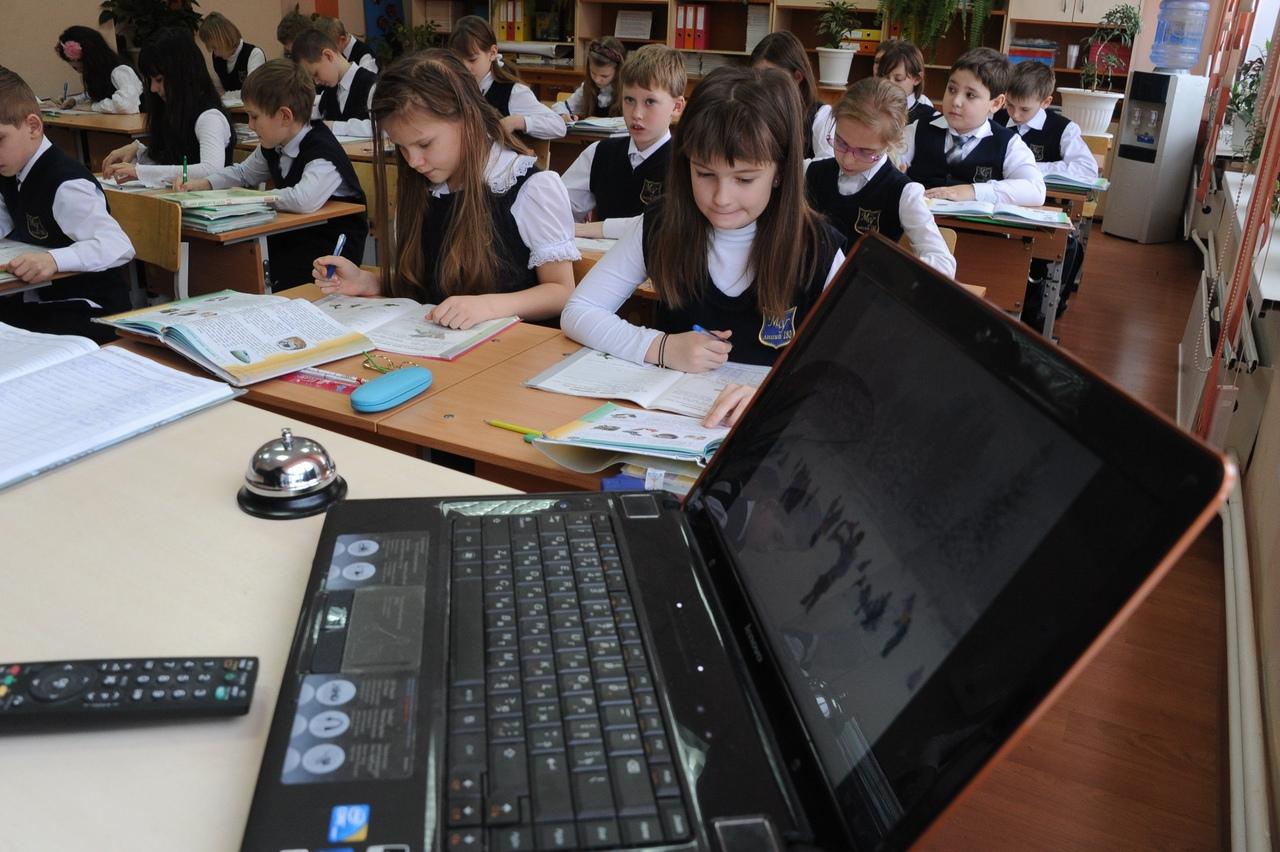 Министры: всероссийские проверочные работы перенесли на осень, но учебный год досрочно завершен не будет