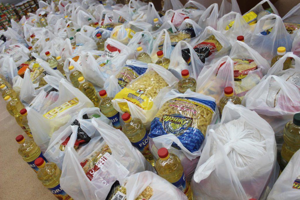 Малоимущие пенсионеры Козельского района начали получать бесплатные продуктовые наборы