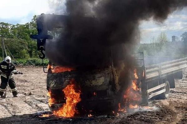 Газета «Козельск» публикует фотографию сгоревшего накануне на Чкалова грузовика