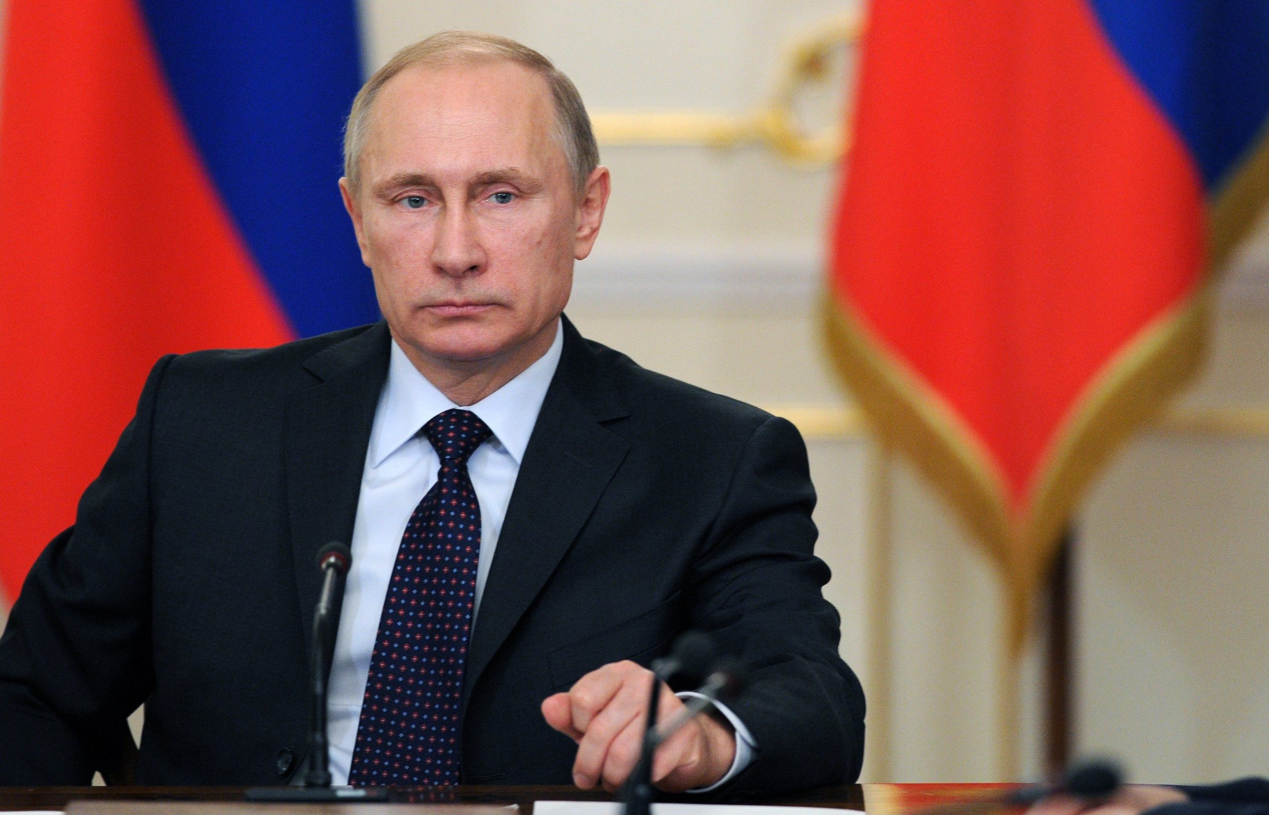 Путин чиновникам: «Послушайте меня внимательно! Эти деньги — за работу с больными коронавирусом, а не за часы и минуты»