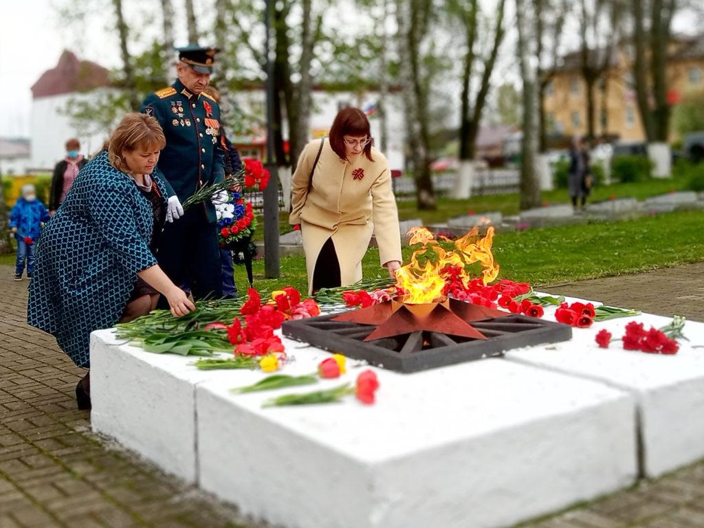 Первые лица района возложили цветы к Вечному огню и почтили память погибших на войне минутой молчания. ФОТО