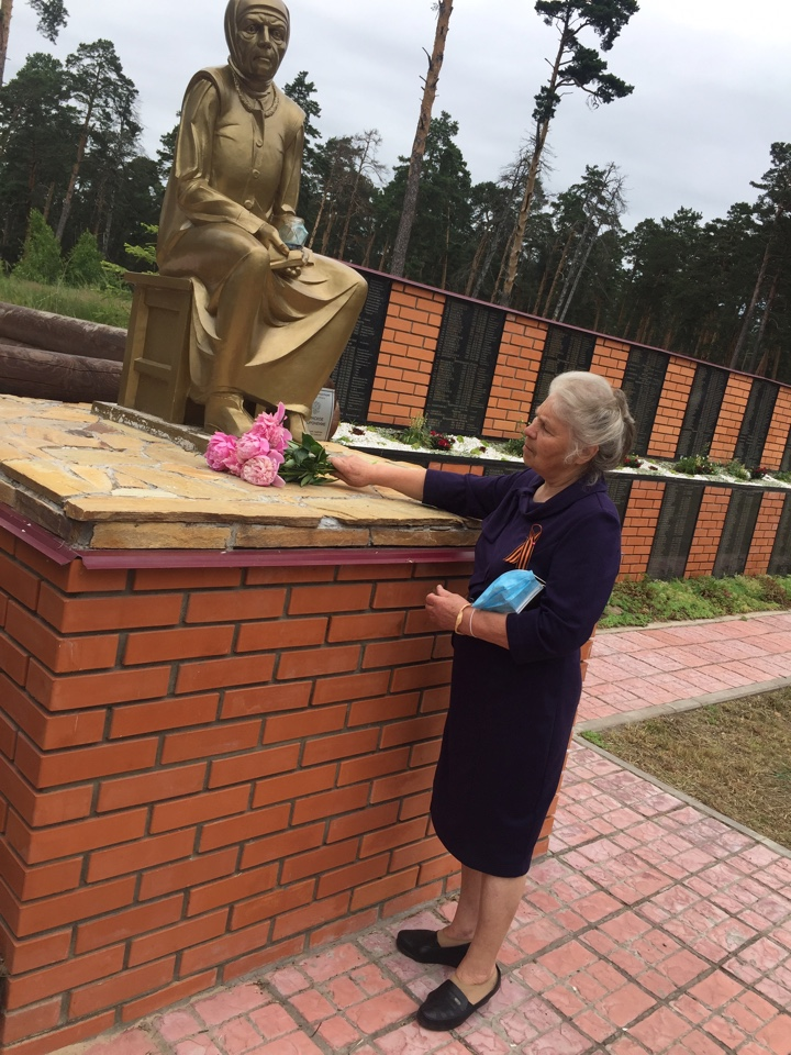 """""""Машиностроитель"""" возложил цветы к самому большому воинскому захоронению Козельска"""