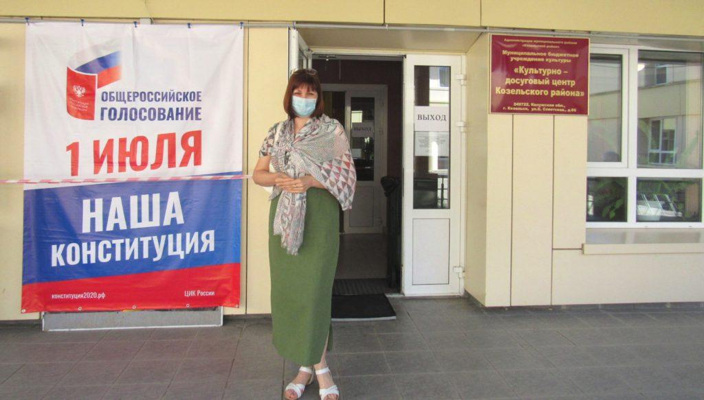 Глава администрации Козельского района Елена Слабова проголосовала на избирательном участке в Доме культуры
