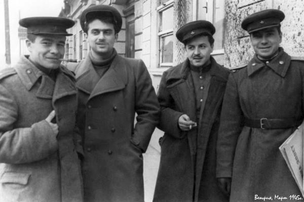«Потом довезли до Козельска. Там валялся в соломе и вшах». Фронтовые дневники и письма знаменитого поэта Семена Гудзенко