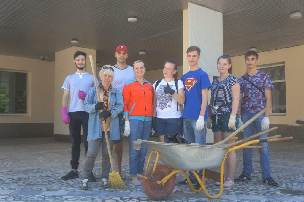 «Чистый Сосенский» снова собрал жителей города для уборки мусора. На этот раз порядок наводили на футбольном поле