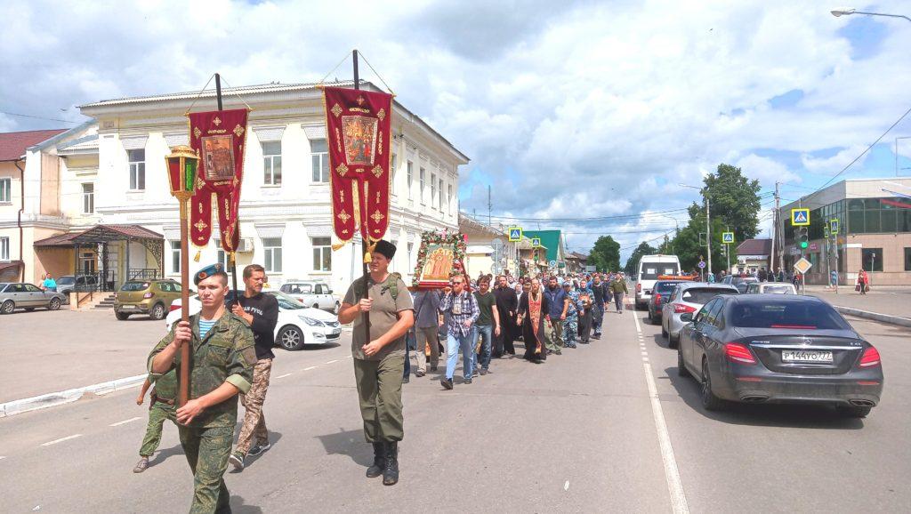 По Козельску прошли крестным ходом. Верующие чтили память царской семьи. ФОТО