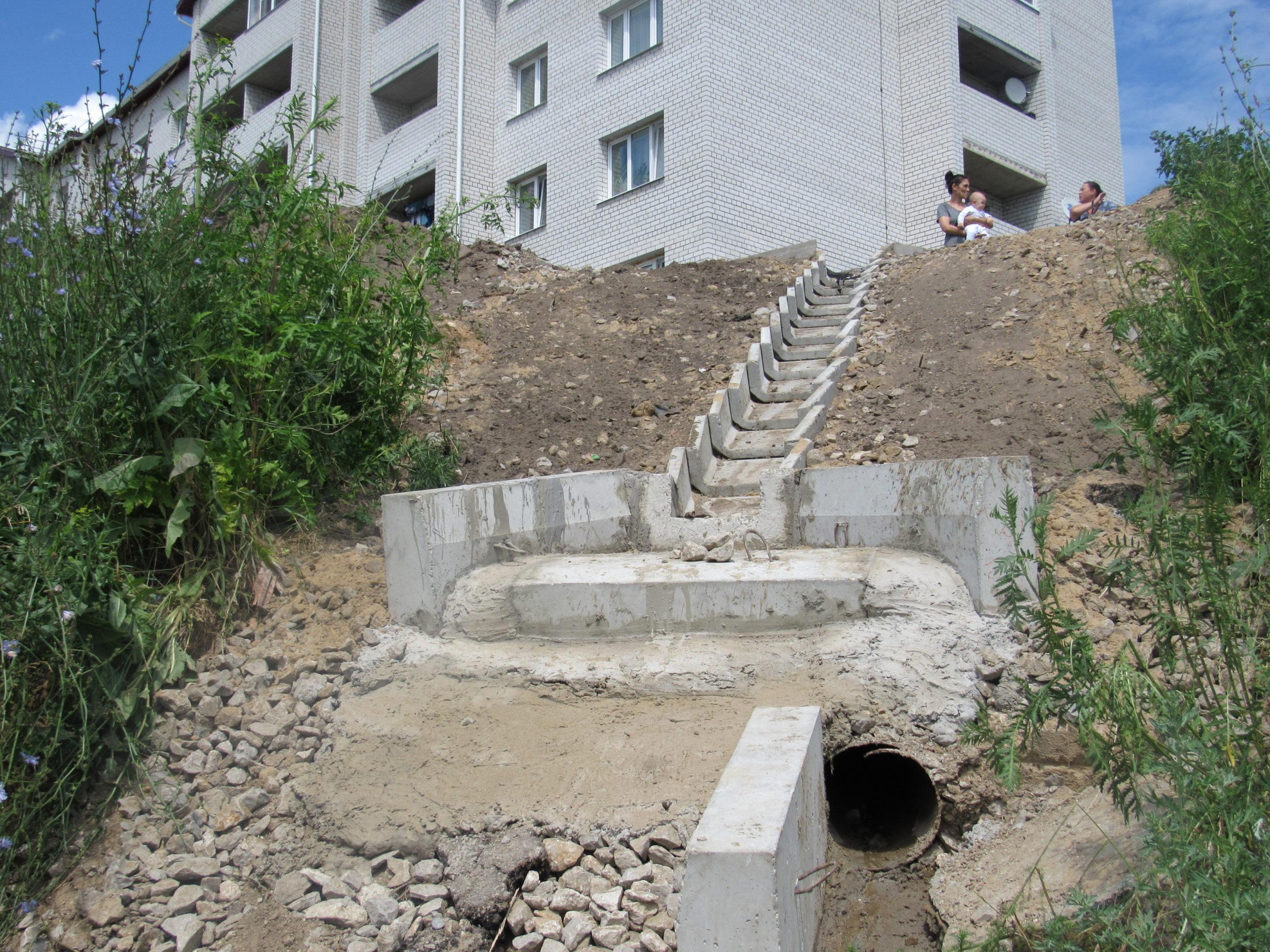 Овраг, который держал в напряжении жителей дома 9 по улице Гагарина, стал менее опасным