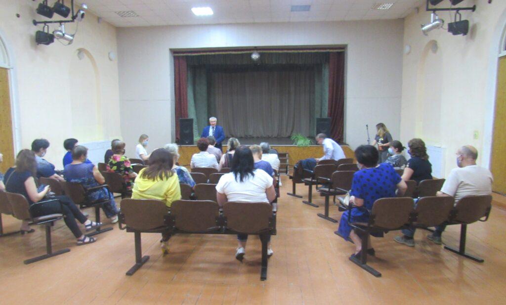 Главный врач, чиновники и  депутат заксобрания встретились с жителями мехзавода