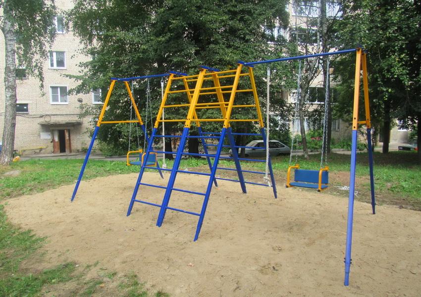 Дивизия подарила детскую мини-площадку жителям военного городка