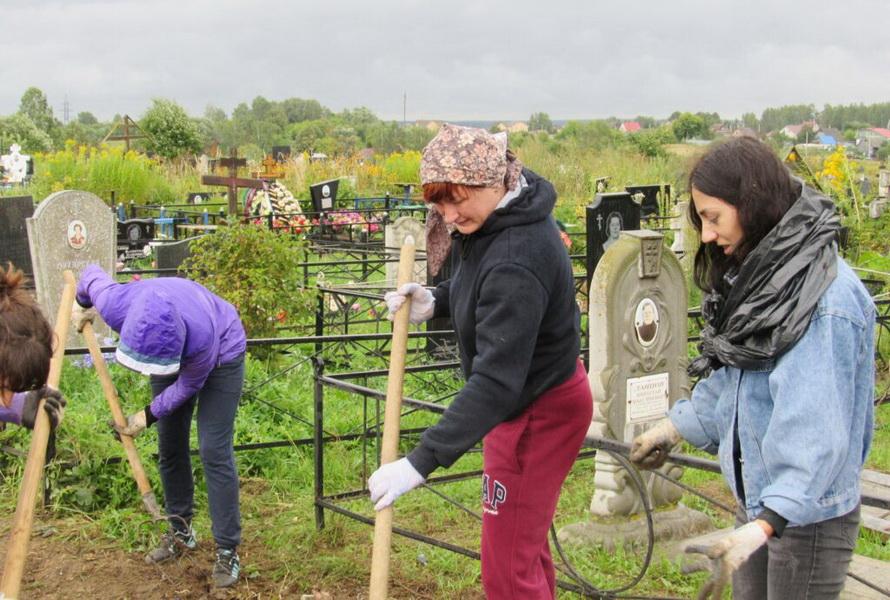 На территории нового кладбища прошел субботник. ФОТО