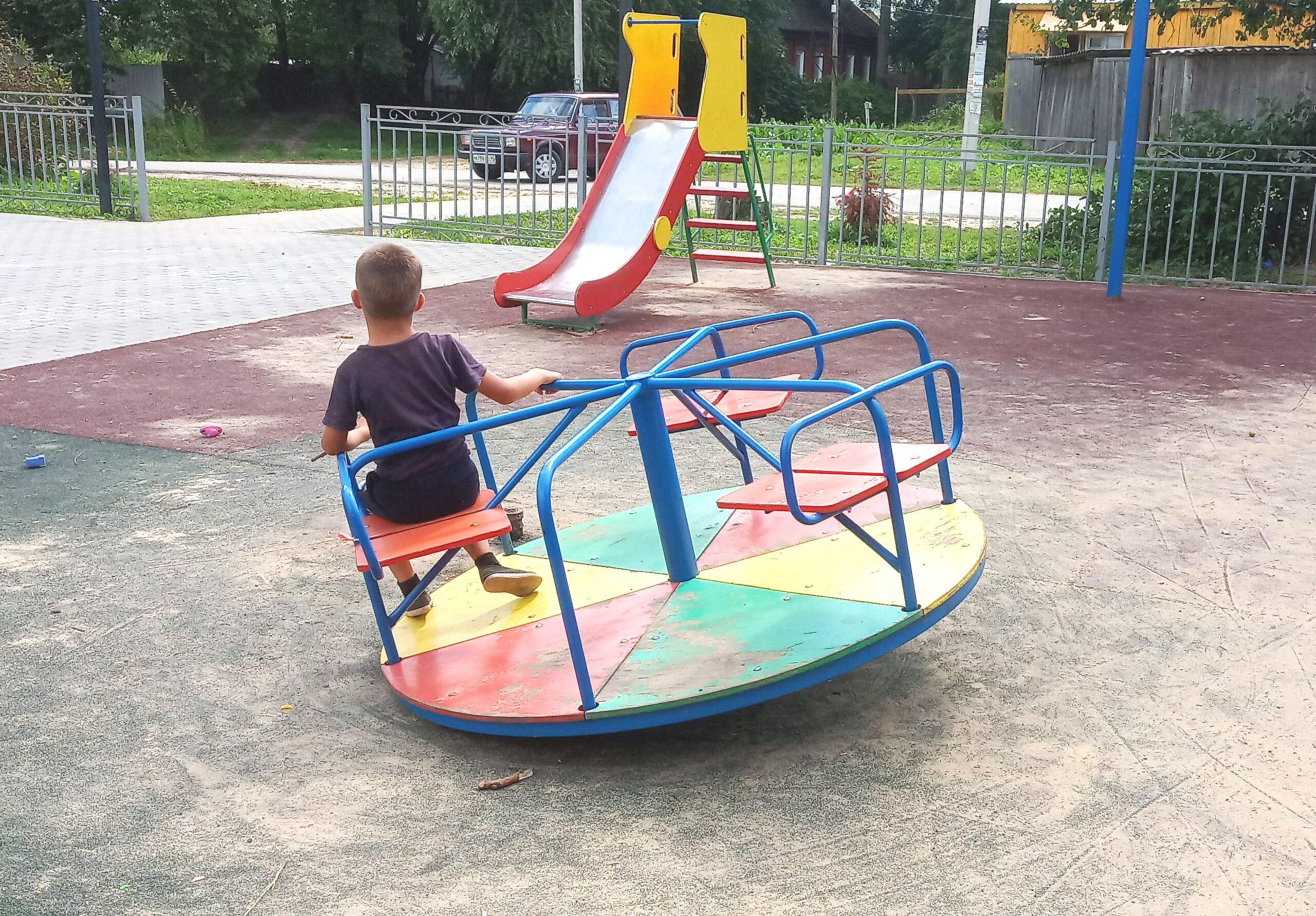 На детской площадке у 4 школы  снова сломали карусель. Администрация,  обратите внимание!