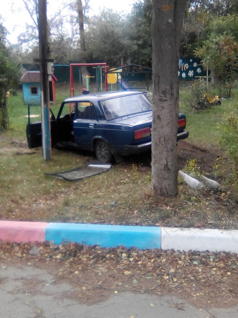 В Козельске машина на полном ходу вылетела на детскую площадку