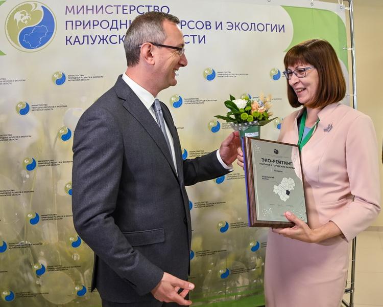Владислав Шапша вручил награду главе администрации Козельского района
