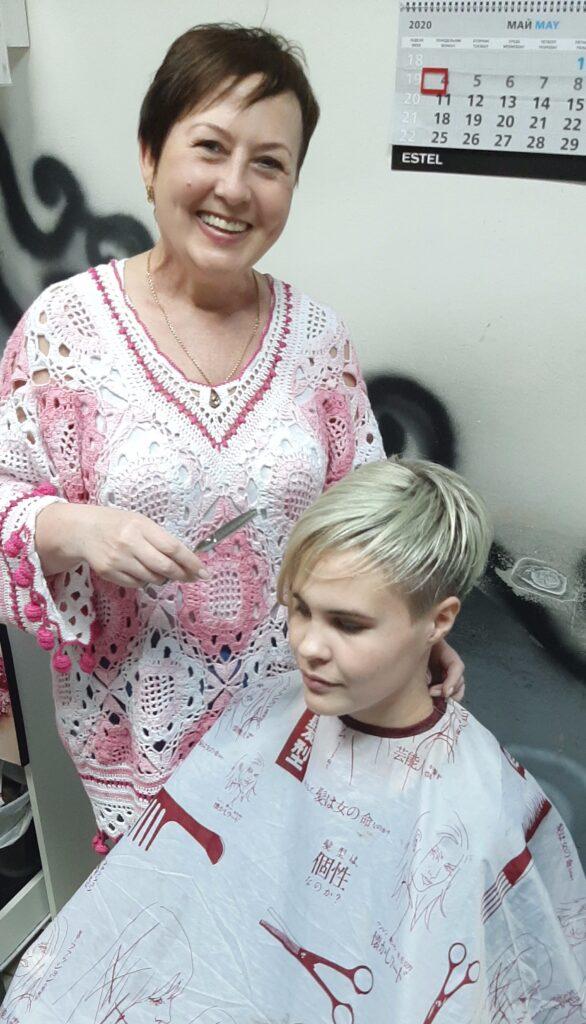 Козельский парикмахер и бизнесмен Галина Светловская уже много лет подстригает ветеранов бесплатно, а пенсионерам делает огромные скидки