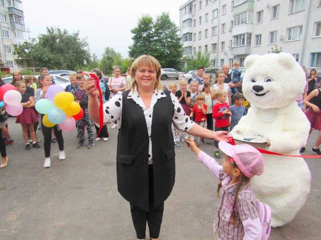 Козельских детей с новой площадкой поздравил белый Мишка. ФОТО