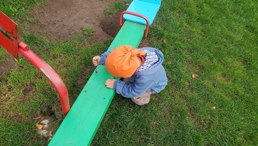 Качели в козельском парке взялись ремонтировать малыши