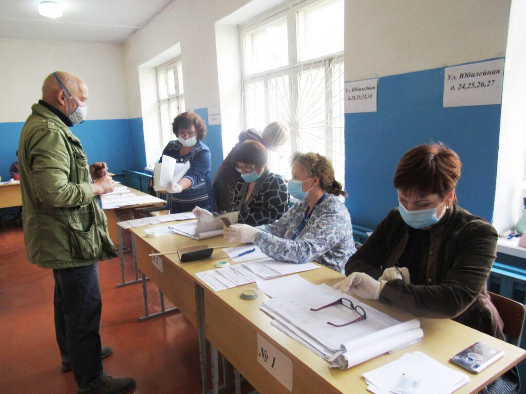 """""""Пришел для того, чтобы жизнь стала лучше"""". С каким настроением голосуют избиратели на участке 1324 в школе № 3"""