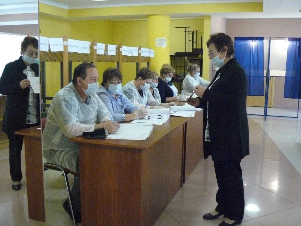 избиратель на избирательном участке