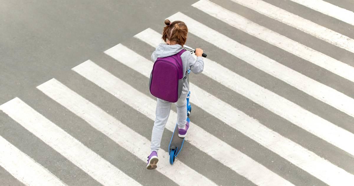 Ребенок переходит дорогу