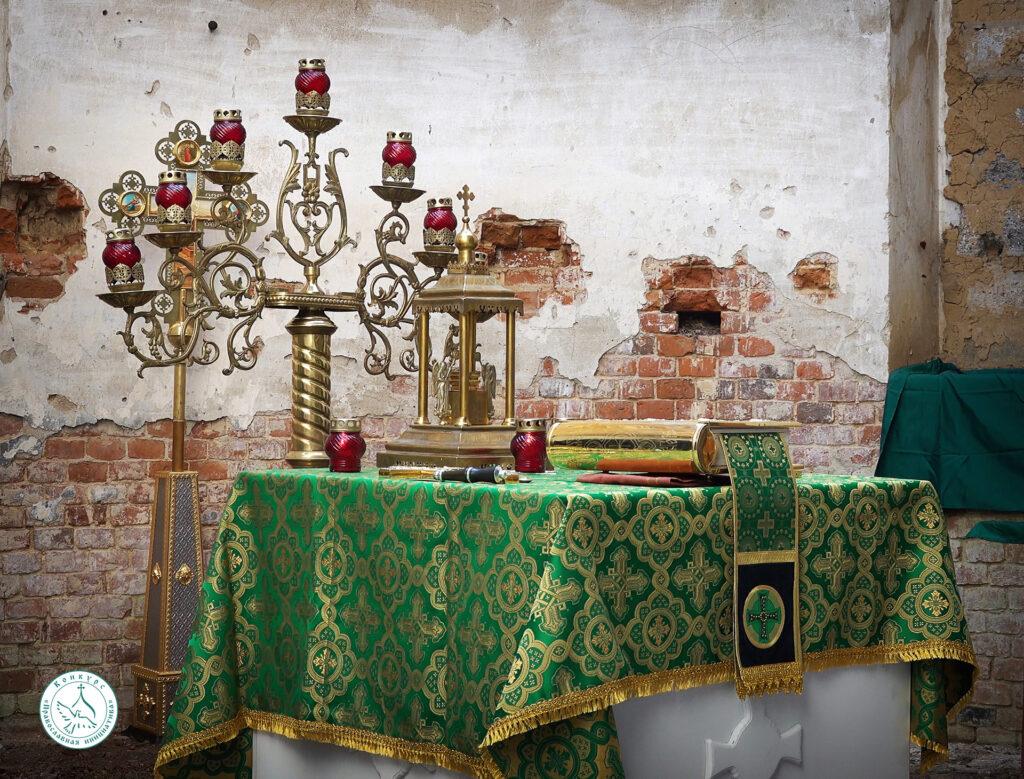 Священники Козельской Епархии продолжают совершать службы в заброшенных храмах